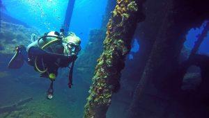 Un plongeur à l'épave du Liberty Wreck